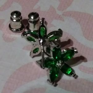Jewelry - Green flower studs